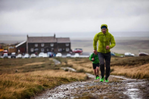 Damian Hall sets new Pennine Way FKT, litter-picking along the route.